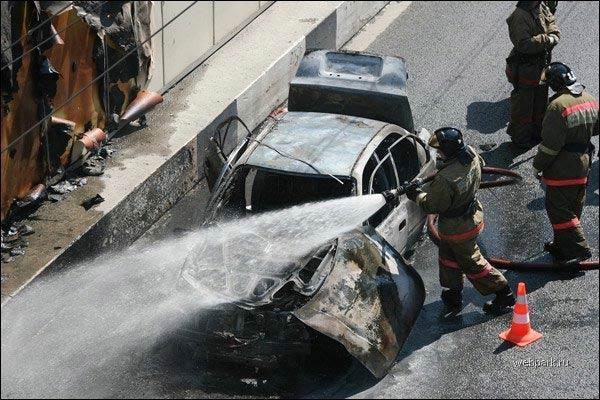 Жуткое ДТП! Авто врезалось в стену и загорелось!