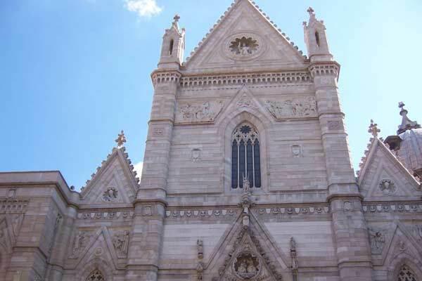Сотни иммигрантов-погорельцев захватили собор в Неаполе