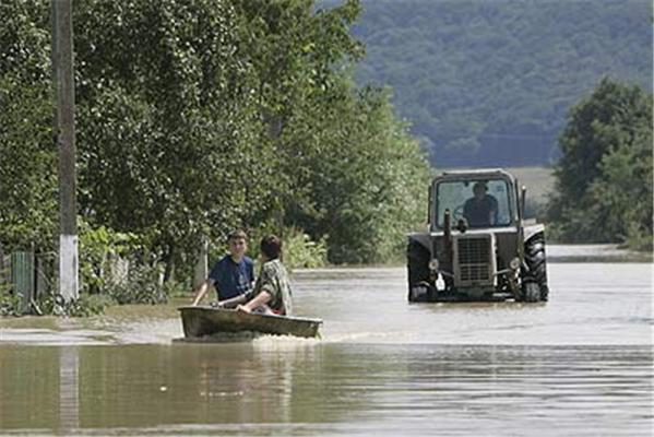 """Мародеры """"помогают"""" МЧС на затопленных рынках"""