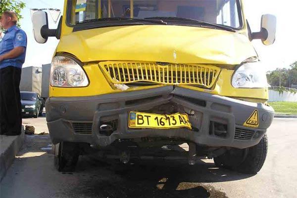 Микроавтобус протаранил остановку общественного транспорта