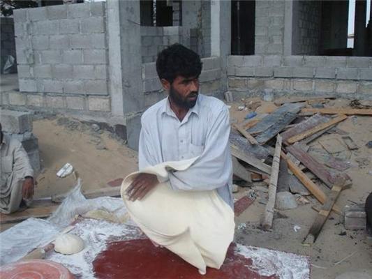Суровые будни. Как в Пакистане лаваш готовят