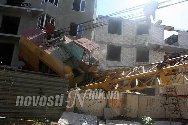В Николаеве кран упал на жилой дом