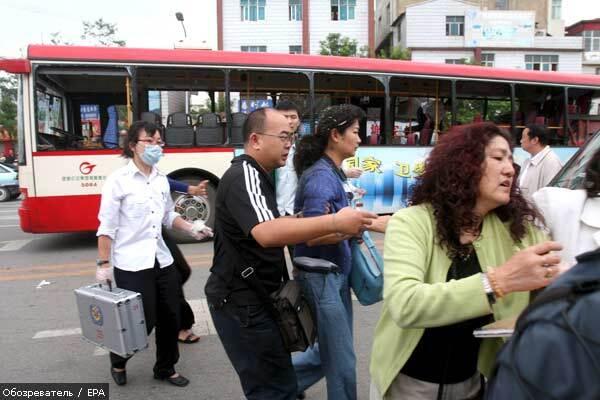 В олимпийском Китае звучат взрывы и выстрелы, есть жертвы