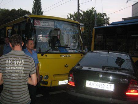 """Маршрутка с футбольными фанатами врезалась в """"Шкоду"""""""