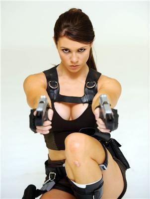 Як вам Лара Крофт? Стерті коліна, на шпагаті, з пістолетом
