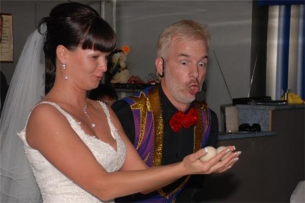 Невеста ласкает яички парня, он в восторге