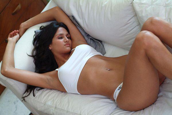 Сексуальная спортсменка с копьем
