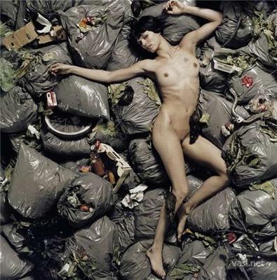 Девушка, разденьтесь - и в мусорник. Спасете мир...
