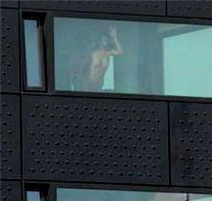 Секс в окне. Охранник, гад, спугнул парочку...