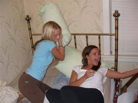Когда мужа нету дома. Женские бои на подушках и зажималки