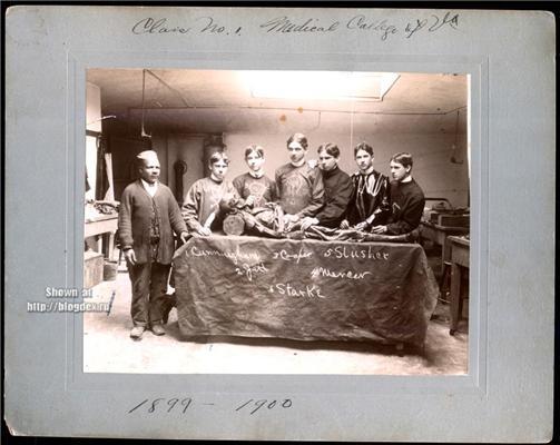 """Студенти таки циніки. Фото """"Я і мумія моєї бабусі"""""""