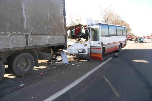 Пасажирський автобус зіткнувся з бензовозом, 18 загиблих