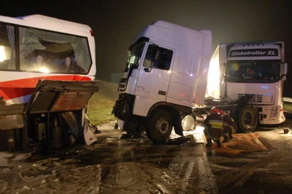 Автобус і вантажівка зіткнулися на трасі, четверо загиблих