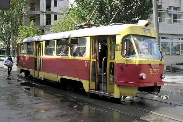 Дівчина на Лексусі паралізувала рух трамваїв у Києві