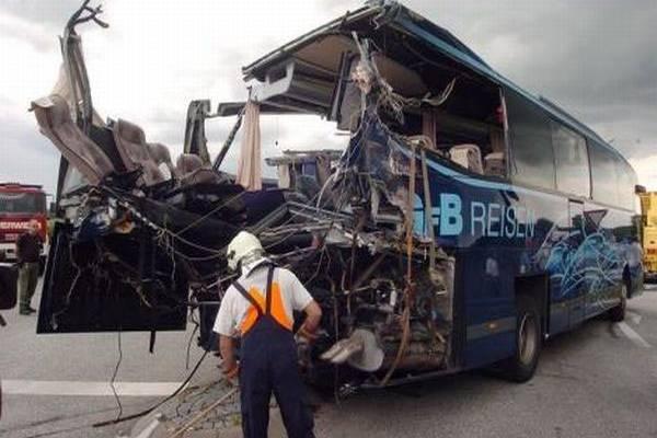 Автобус зіткнувся з вантажівкою, шестеро загиблих