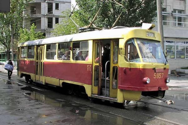 Зійшов з рейок трамвай заблокував рух на Подолі