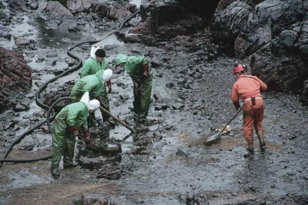 На Донеччині аварійно скинули нафтопродукти в річку