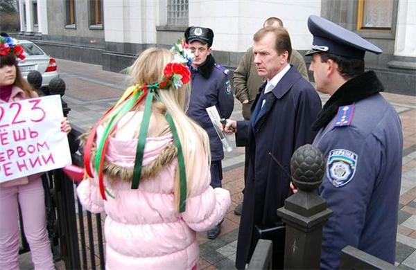 "Сексуальные девушки ""прочистят мозги"" депутатам. ФОТО"