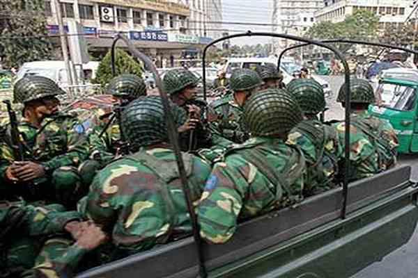 """Бангладешські """"стрілки"""" повністю склали зброю"""