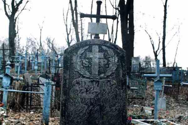 Сімейна пара привласнила 77 надгробних плит, виклавши ними двір