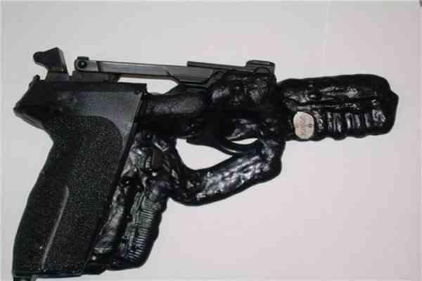 Поліцейський влаштував розпродаж списаного зброї