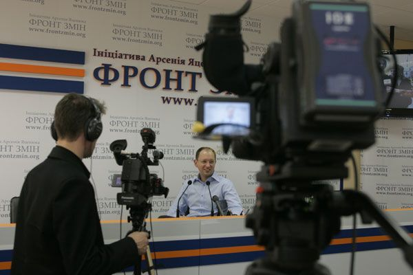 Яценюк пропонує віддати місцевим радам владу в регіонах