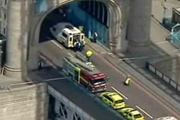 В башне Тауэрского моста обвалился мост