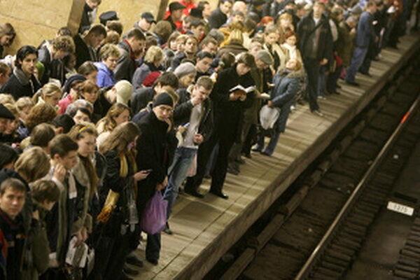 В московском метро человек опять упал на рельсы