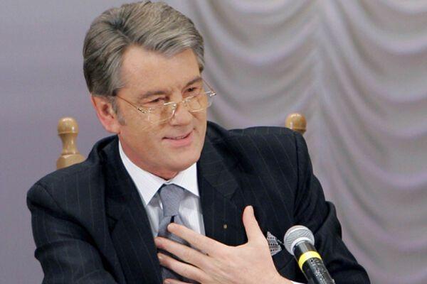 Ющенко слетает к Патриарху и сходит на футбол