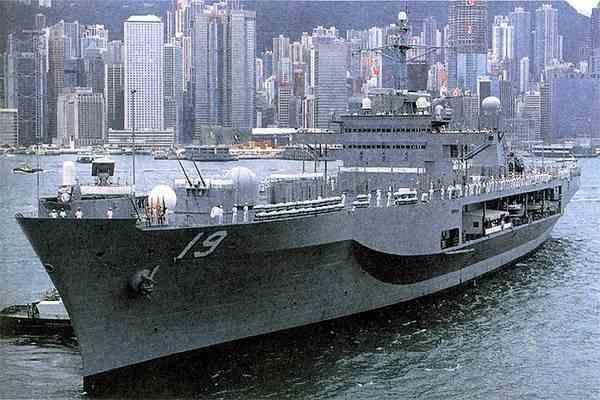 Корабли США угрожают китайцам пожарными шлангами