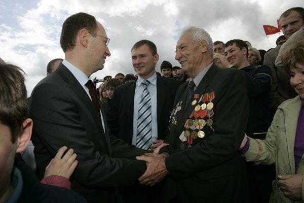 Яценюк поздравил с Днем Победы ветеранов Донбасса
