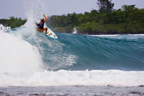 Жесть! Безрукая серфингистка (фото)