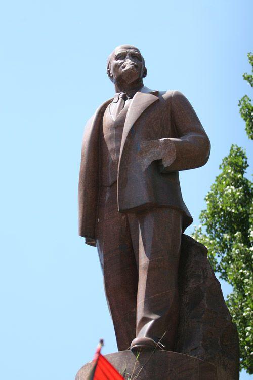 Националисты надругались над памятником Ленину (ФОТО)