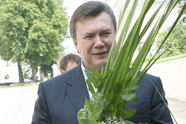 Янукович нашел для премьера деньги на повышение зарплат