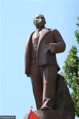 Ленин будет стоять в центре Киева назло фашистам!