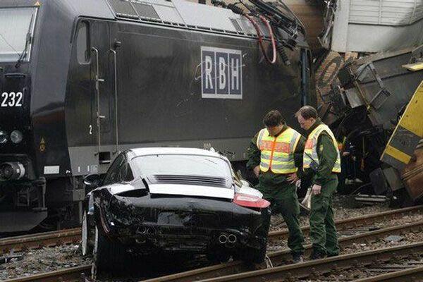 В результате столкновения поезда с автомобилем погиб человек