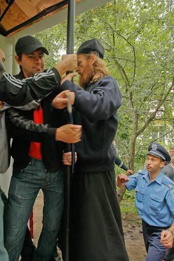 Миряне и монахи подрались из-за жилплощади
