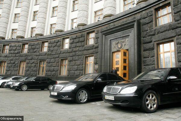 """Автомобильный портрет украинского """"кризисного"""" чиновника"""