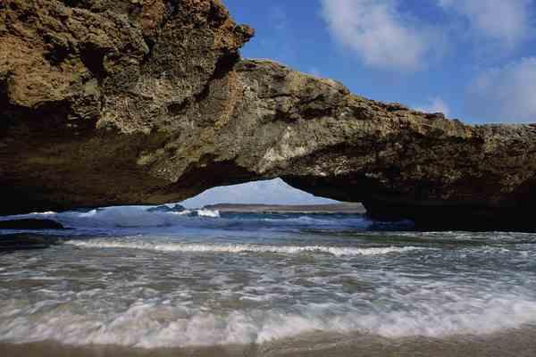 Кусок скалы обрушился на прогулочную яхту, двое погибших