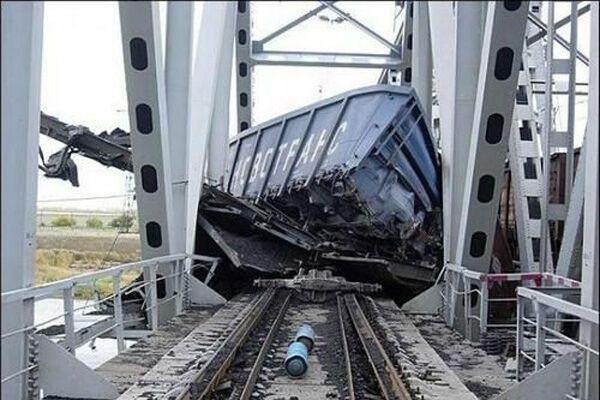 Поезд врезался в автобус с пассажирами, погибли 11 человек