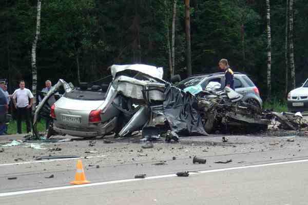 На дамбе через Днепр столкнулись автомобили, двое погибших