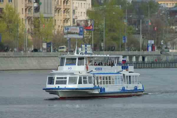 Прогулочный кораблик врезался в опору столичного моста