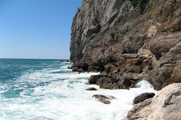 В Крыму подросток упал со скалы и утонул мужчина