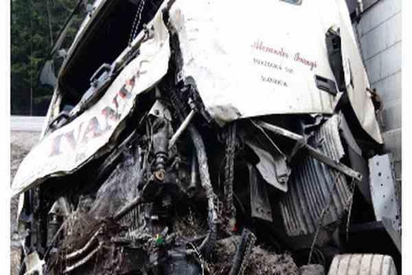 Грузовик перевернулся на трассе, шестеро погибших