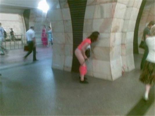 Пасажирка київського метро зняла труси на пероні. ФОТО