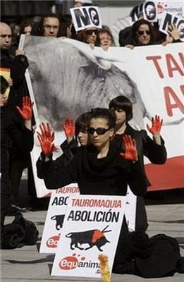 Голий протест голих людей проти кориди. ФОТО