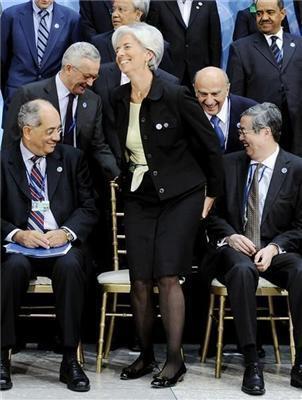 Сексуальная блондинка и мужики в сауне. Позитив дня