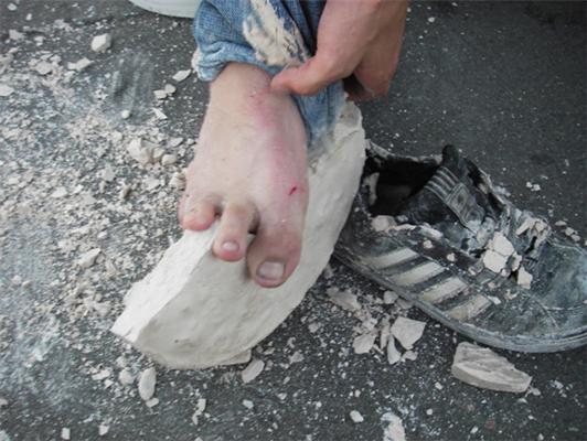 У Пітері з машини викинули людини з ногами в бетоне.ФОТО