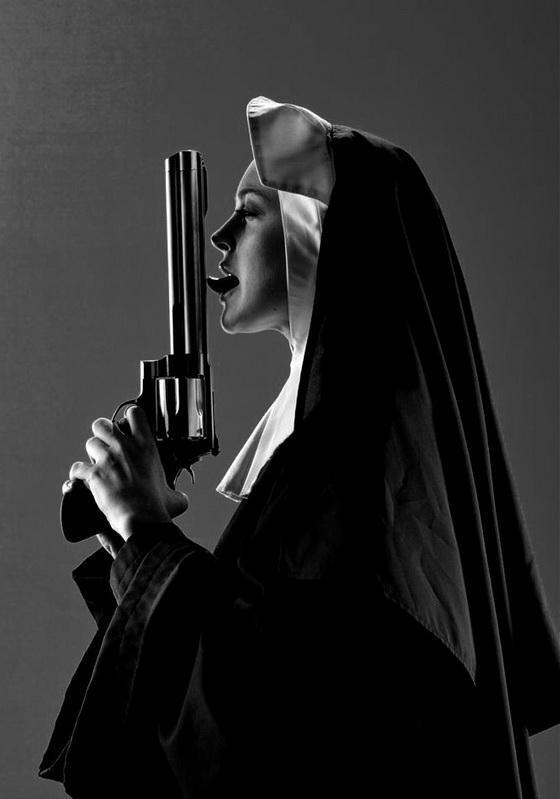 Картинка монашки с оружием