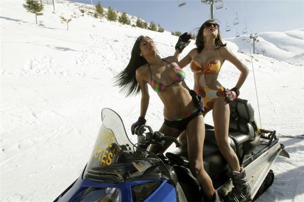Венесуельські моделі позують в купальниках на ліванському курей
